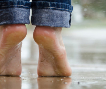 tips to treat dry & cracked skin on feet